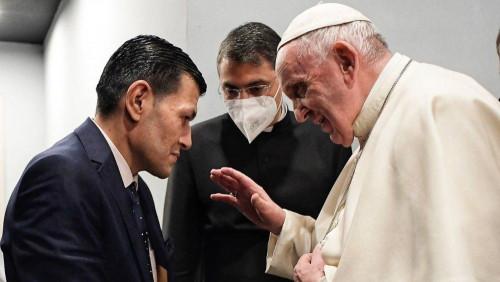 教宗接見因船沉事故喪生的小童艾倫的父親
